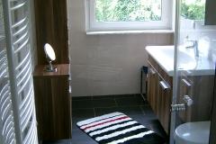 Badschränke über dem Boden fixiert - mit Bodenfreiheit