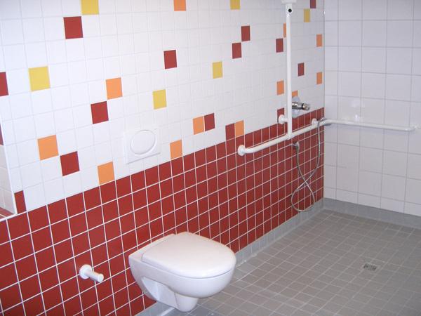 Seniorengerechtes Bad ohne Duschhindernisse in rot