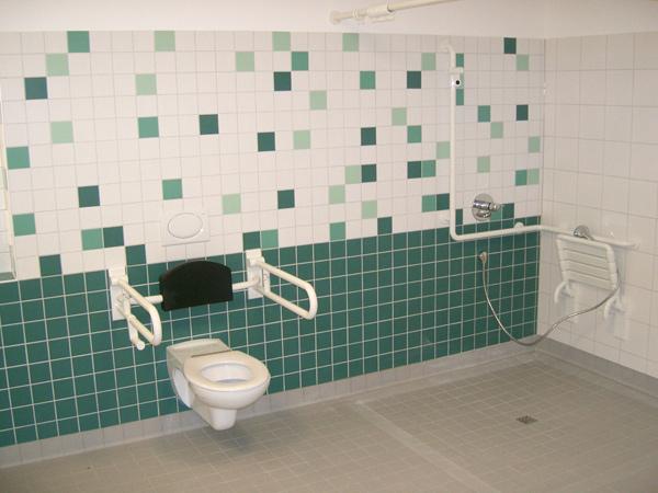 Seniorengerechtes Bad ohne Duschhindernisse in grün