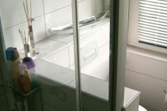 Dusche in der Raummitte mit Glastrennwand