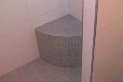 Duschbereich mit Sitzgelegenheit